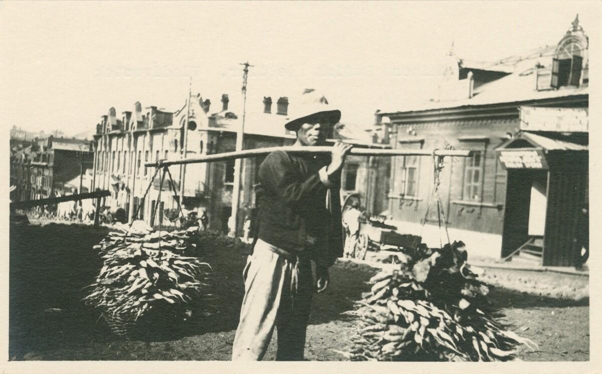 Китайский продавец овощей. Владивосток