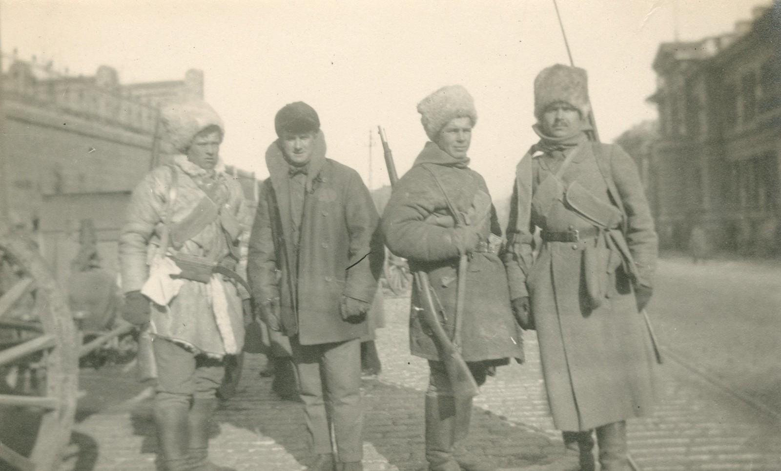 Вооруженные люди на Алеутской
