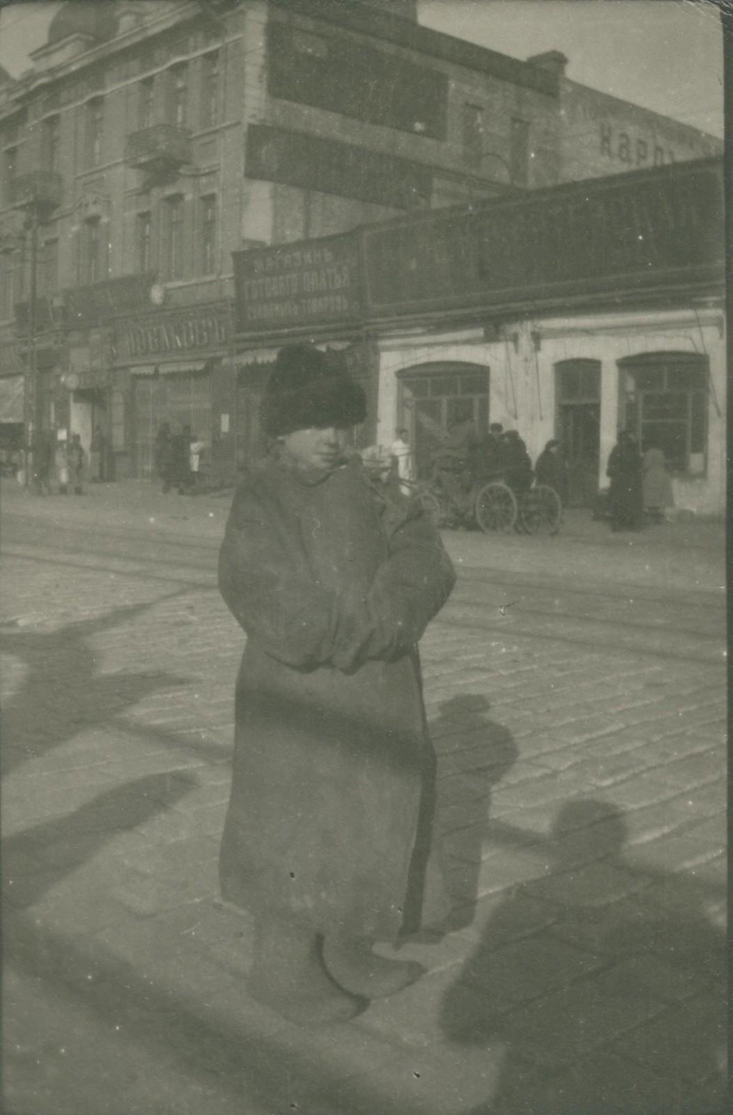 Мальчик на фоне кондитерской Букреева
