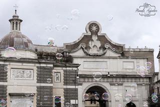 Saca el niño que llevas en tu interior...  #piazzadelpopolo #popolo #pompasdejabón #soapbubbles #ciudad #city #roma #italia #paisaje #landscape #shadow #reflejos #reflexes #turismo #tourism #viajar #travel #photography #photographer #inspired_by_colour #M