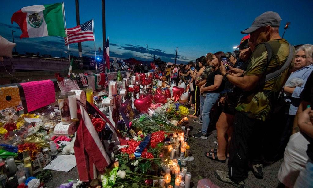 民眾聚集槍擊現場為死者哀悼。(圖片來源:Mark Ralston/AFP)