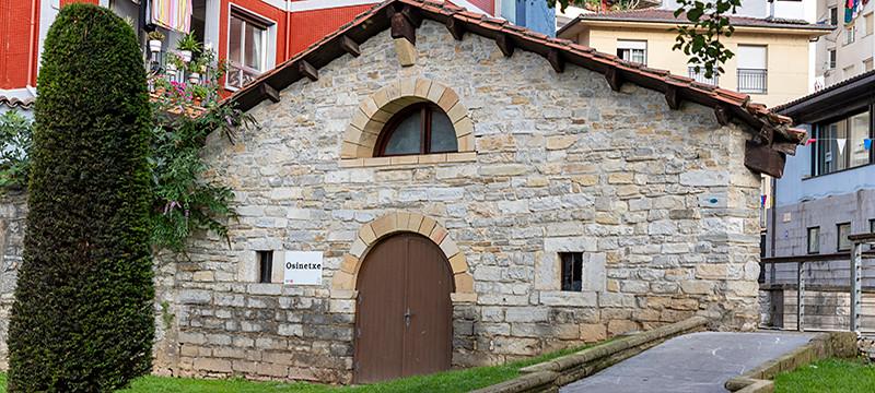 Argazkian Osinetxe zerbitzuaren eraikina eta kanpoko aldea