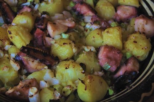 Stoofpot van oktopus, aardappeltjes en groenten...