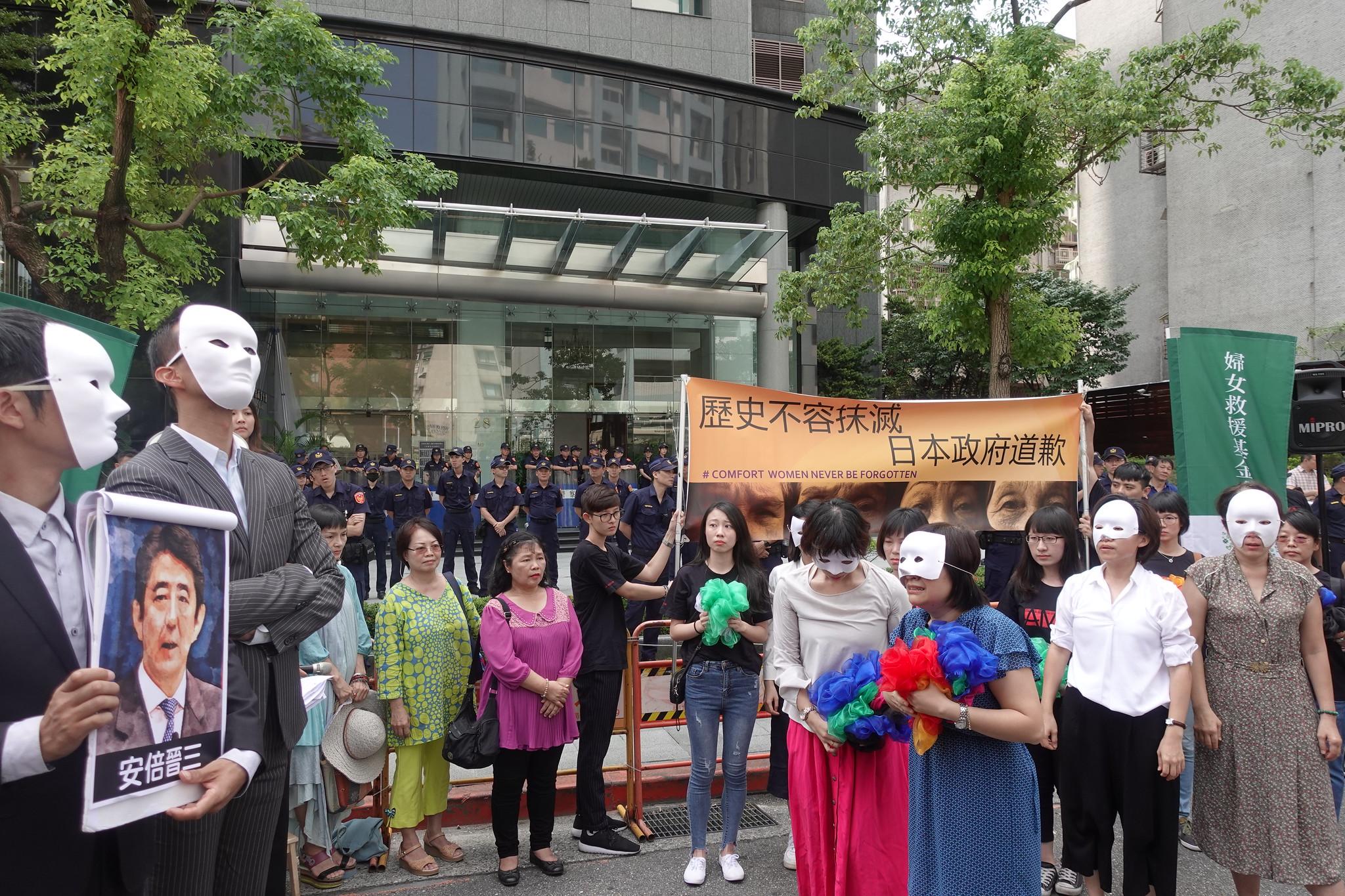 民團演出行動劇,批評日本政府對慰安婦傲慢冷漠的態度。(攝影:張智琦)