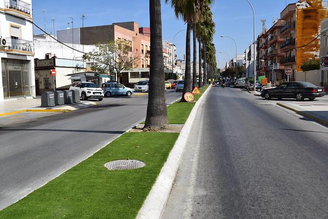 Nuevo césped artificial en la mediana avda de Cádiz