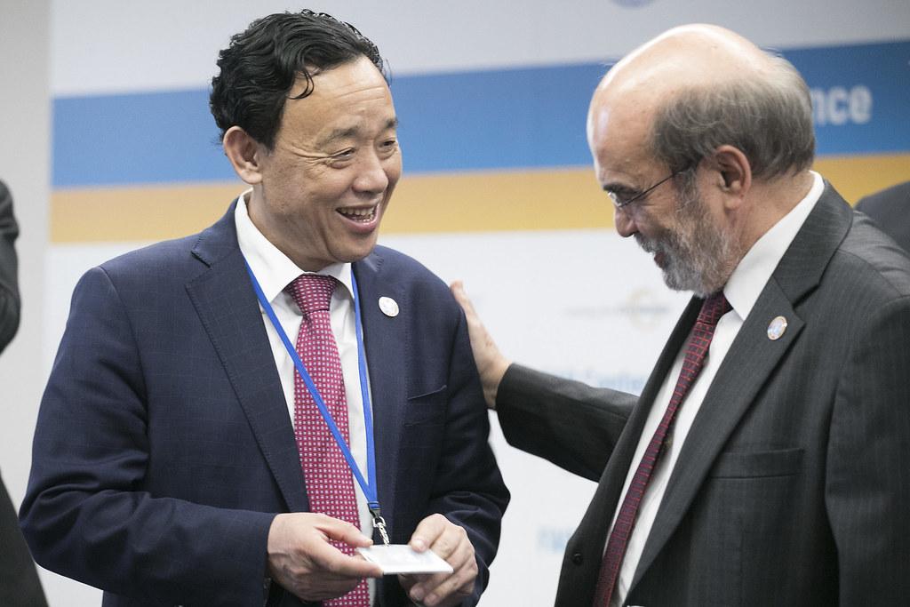 屈冬玉, 新任糧農組織總幹事,接任若澤•格拉齊亞諾•達席爾瓦(圖右)。圖片來源:FAO