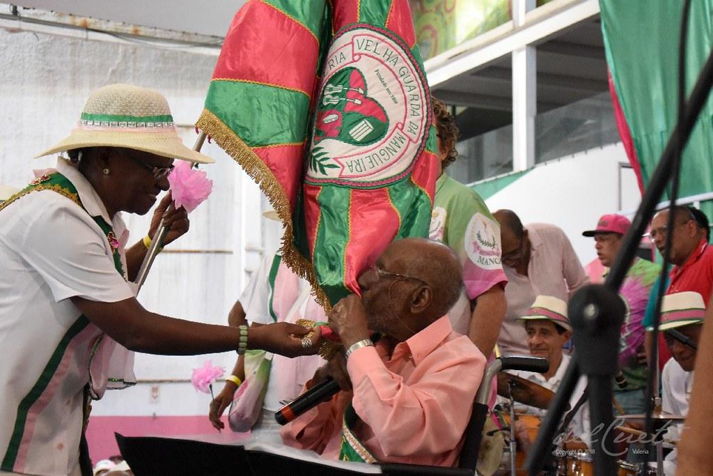 Mang Fei 190810 032 Homenagem Nelson Sargento palco beija a bandeira aberta