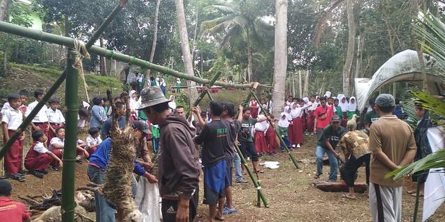 Program dukungan kegiatan pembagian kurban bersama para sahabat relawan dan murid sekitar Perpusdes Winduraja.