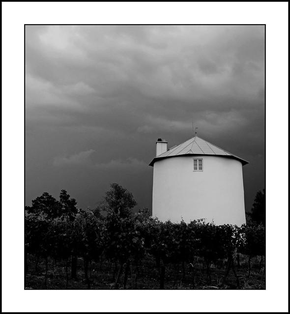 Retzer Land - die stillgelegte Windmühle vor Unwetterwolkenerg