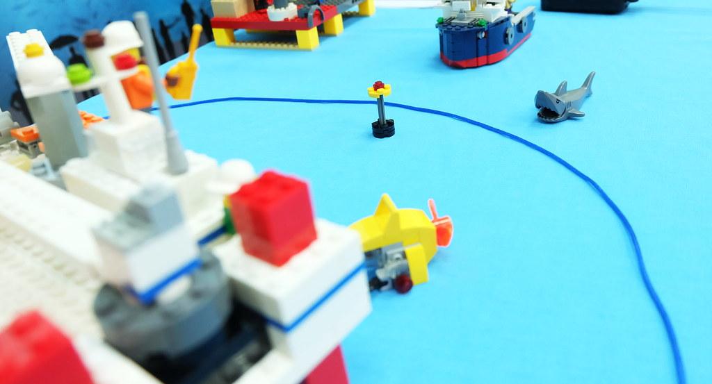一般將距離施工平台750公尺範圍(藍線)設為警戒區,當鯨豚出現時,MMO有責提醒施工單位暫停施工。 攝影:陳文姿