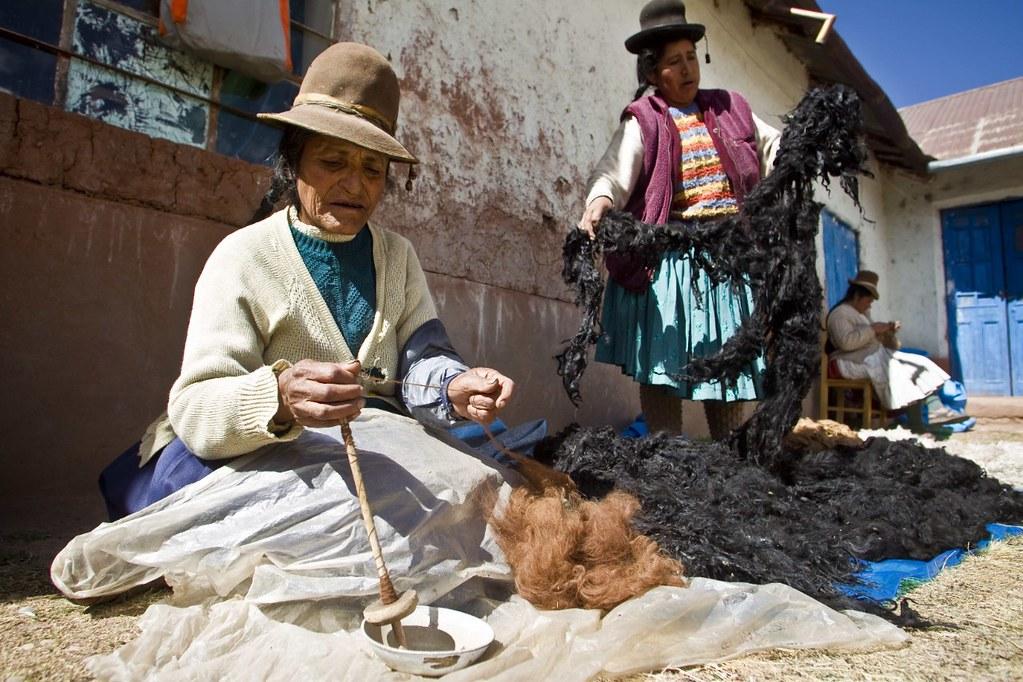 在地婦女組工作坊,以手工紡羊駝毛。圖片來源:UNDP Peru