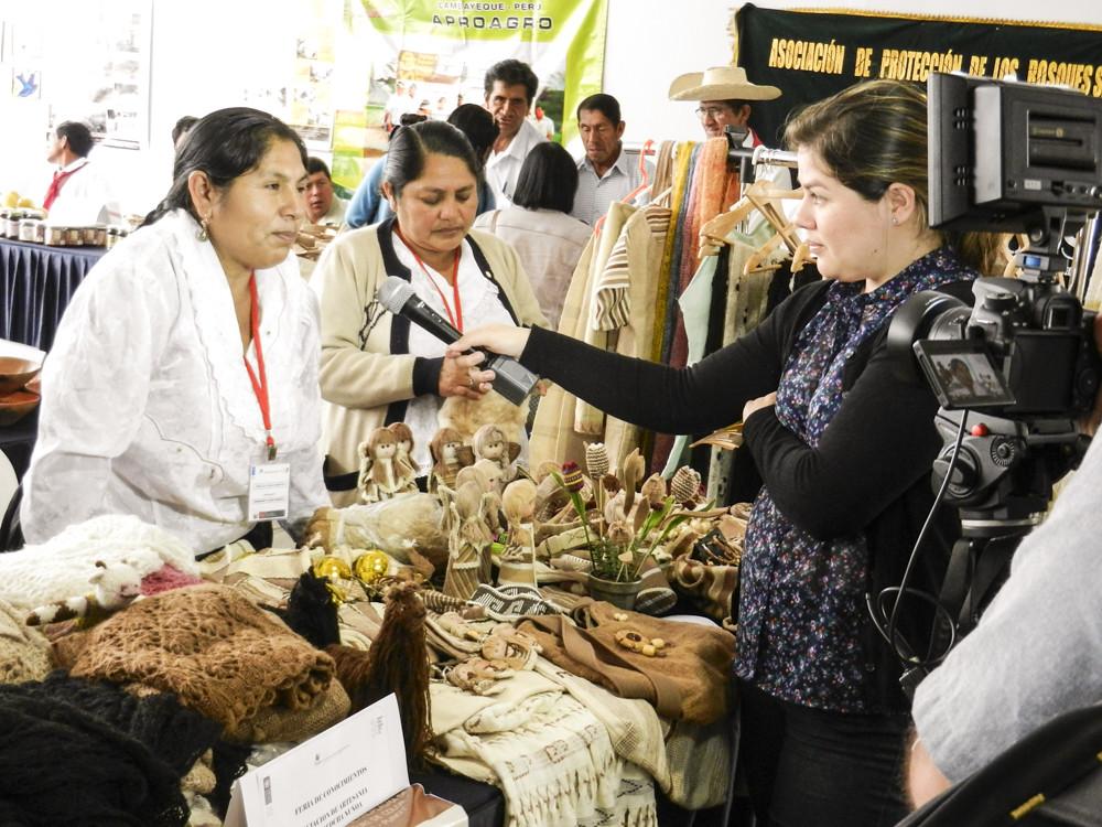在市集中展示手工羊駝產品。圖片來源:SGF PERU