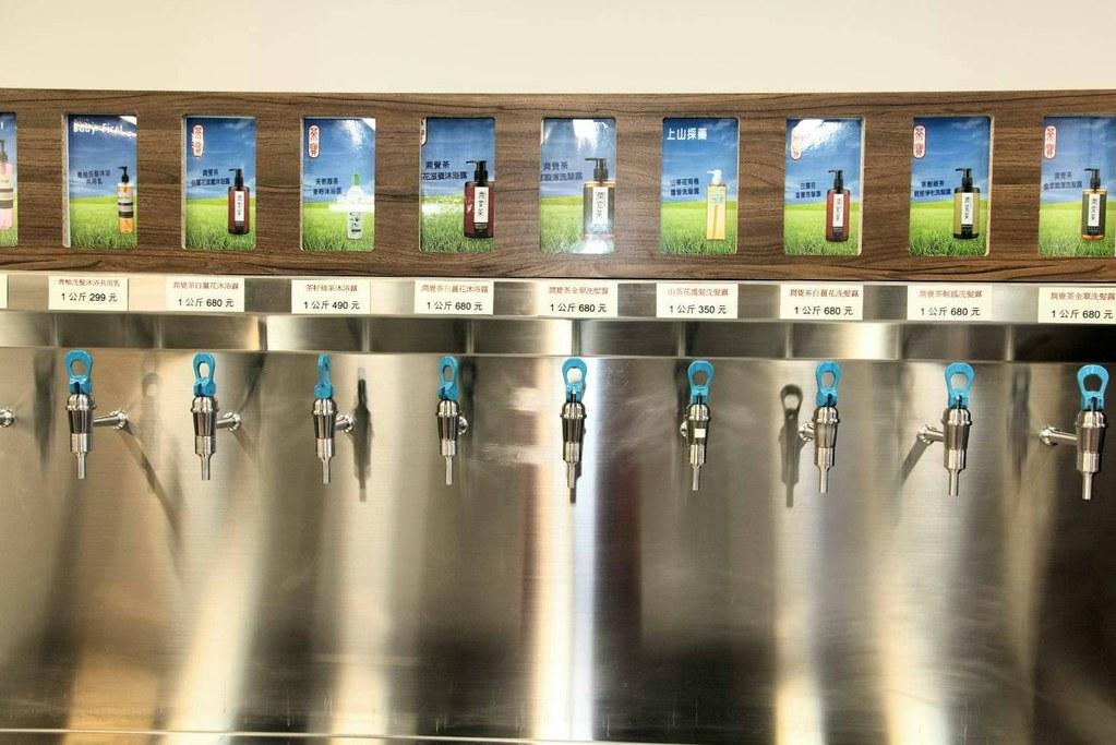 新北林口環保店鋪菱淨充填以「只賣內容物,不賣包裝」為原則,在店內裝設機器,轉開開關,就能用自備容器裝清潔用品,省去不少瓶瓶罐罐。(圖片提供/菱淨充填)
