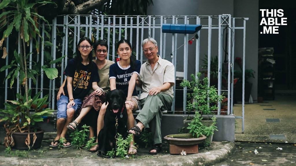 ภาพครอบครัวนั่งที่ม้าหินหน้าบ้าน