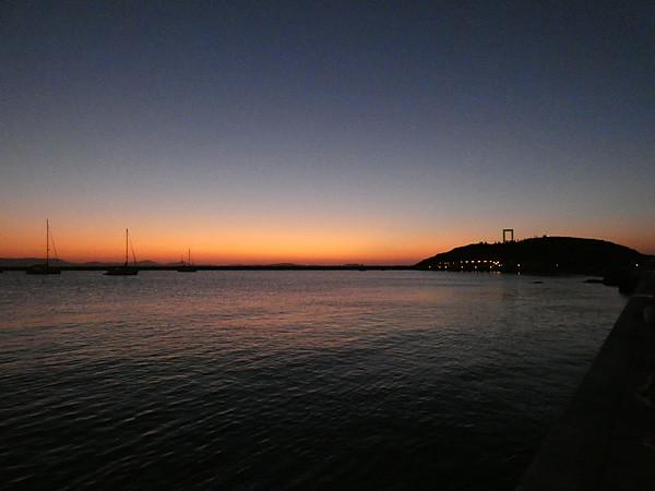 la nuit tombe sur la Portara