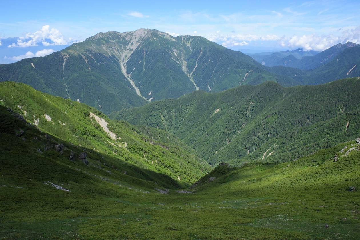 北岳のカールと仙丈ヶ岳