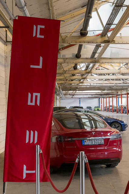 Roter Tesla Model S in der Auslieferungshalle in Neuss