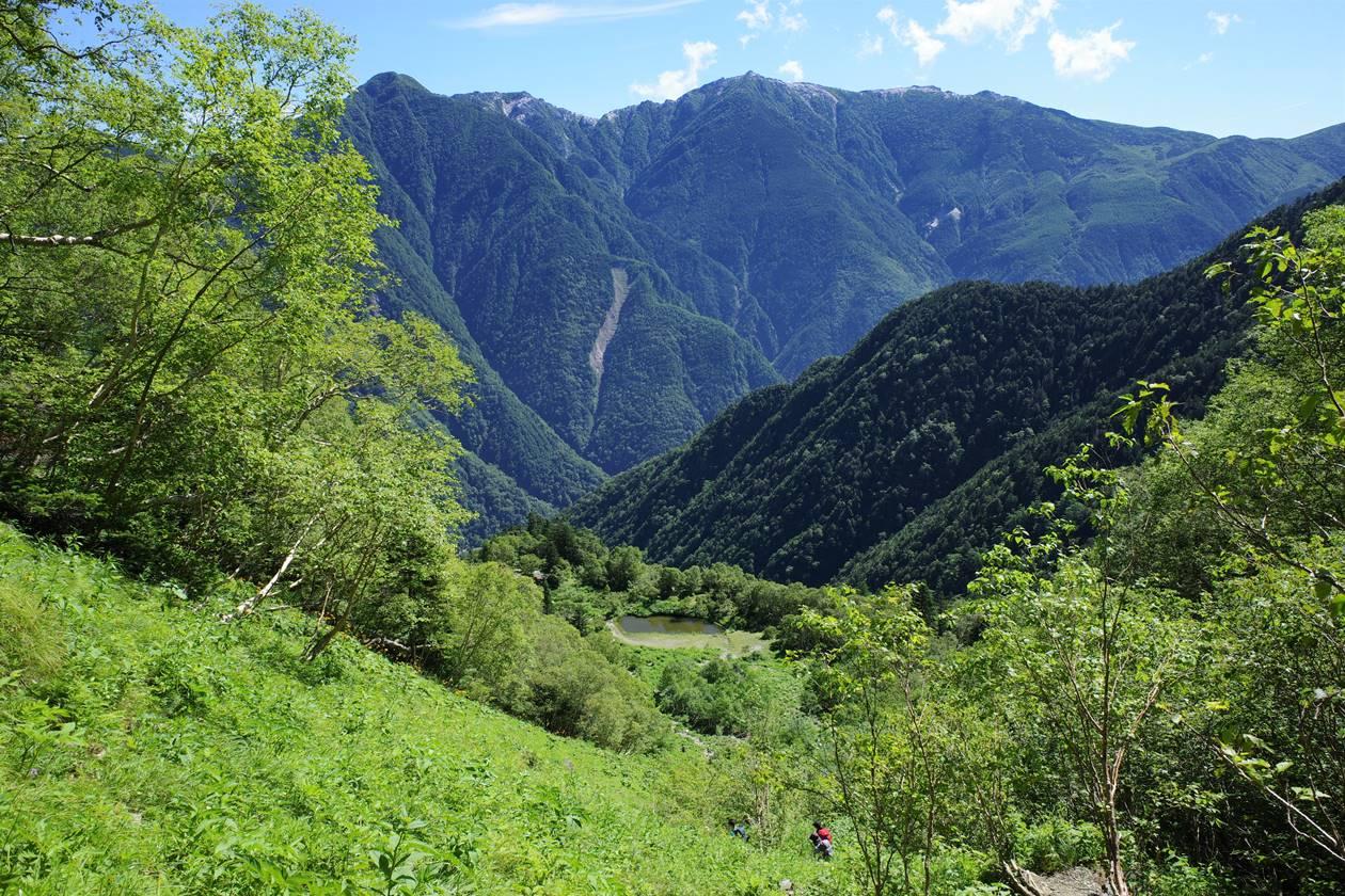 北岳 草すべりから眺める鳳凰三山と白根御池