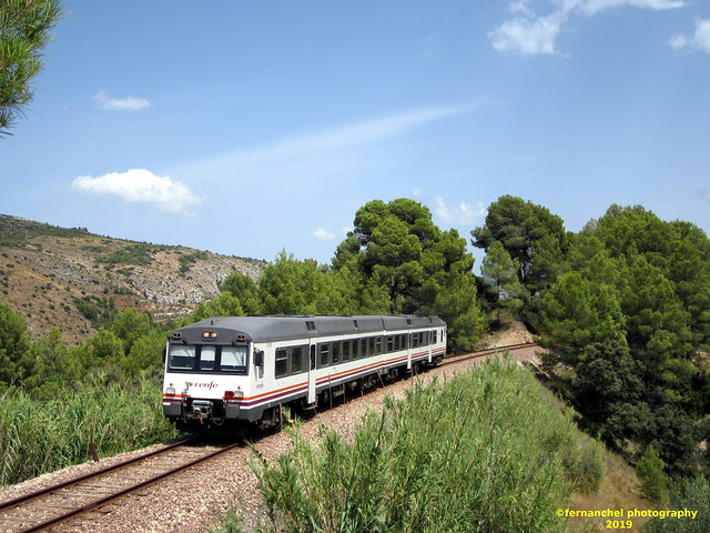 Tren de media distancia de Renfe (Línea Xàtiva-Alcoi) a su paso por AGRES (Alicante)