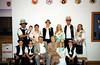 Franz und Resi Bakes mit Kinder und Enkelkinder in schwäbischer Kirchweihtracht im Verein der Donauschwaben in Cincinnati