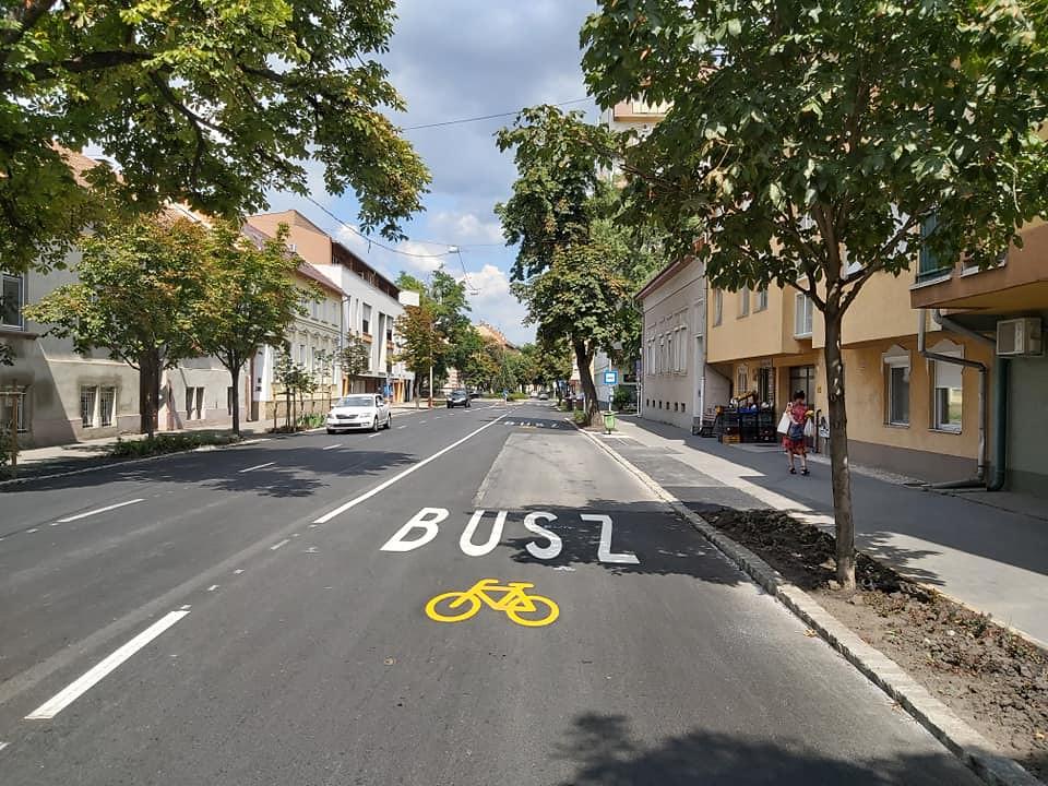 Közös busz-kerékpársáv lett a vége a Szentháromság utca felújításának