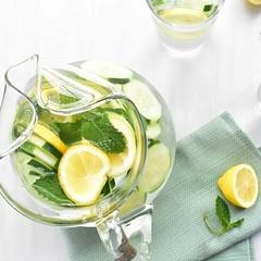 Ideas saludables para el calor: Agua de sabores 💦💧   #aguadesabores #agua #smoothie #batidos #desayunosaludables #batidosdefruta #batidosnaturales #recetasaludables⠀⠀ #licuadosaludable #bebidassaludables #bebidavegetal⠀ #licuadoverde #