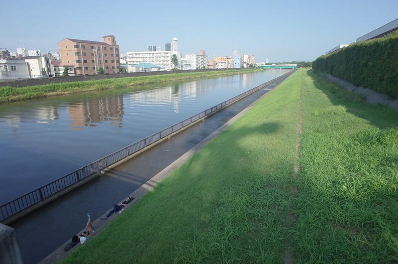RICOH GRⅡ+ワイドコンバージョンレンズ21mm偽 東京いい道 志茂銀座 新河岸川で昼寝する人