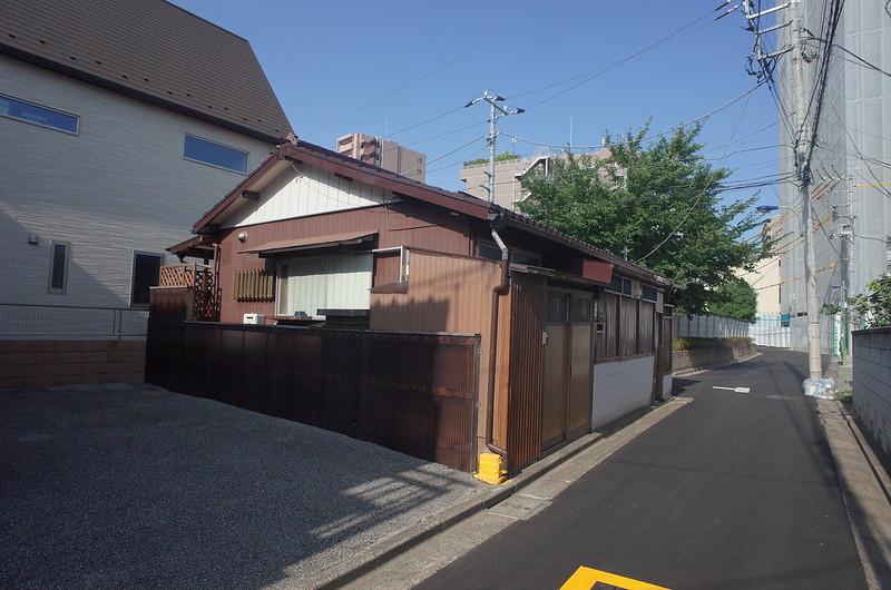 RICOH GRⅡ+ワイドコンバージョンレンズ21mm偽 東京いい道 志茂銀座 小山酒造に向かう路地の文化住宅