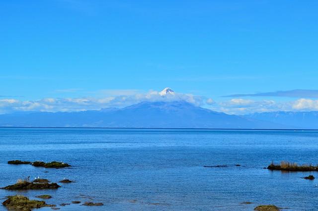 volcan y lago