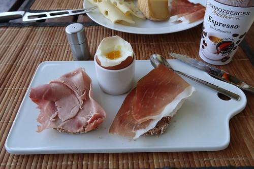 Brot mit Schinken zum Frühstücksei