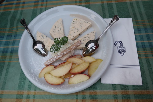 Pfefferminz-Quark-Parfait mit in Weißwein pochierten Apfelscheiben