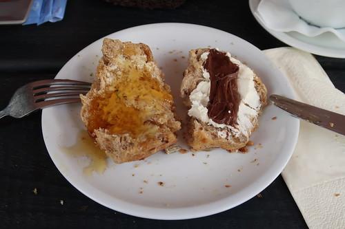Körnerbrötchen mit Honig bzw. Frischkäse und Nutella