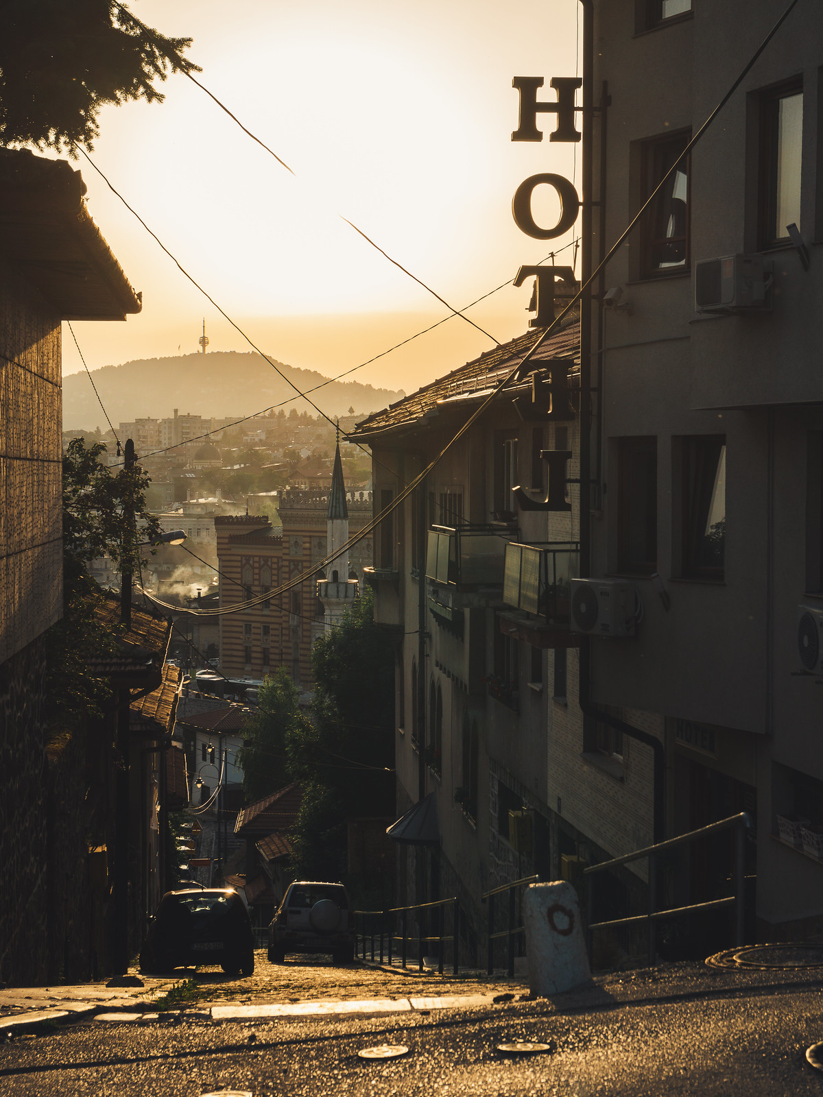 Kaupunki on näkemisen arvoinen vuoren rinteeltä käsin ja iltavalaistuksessa