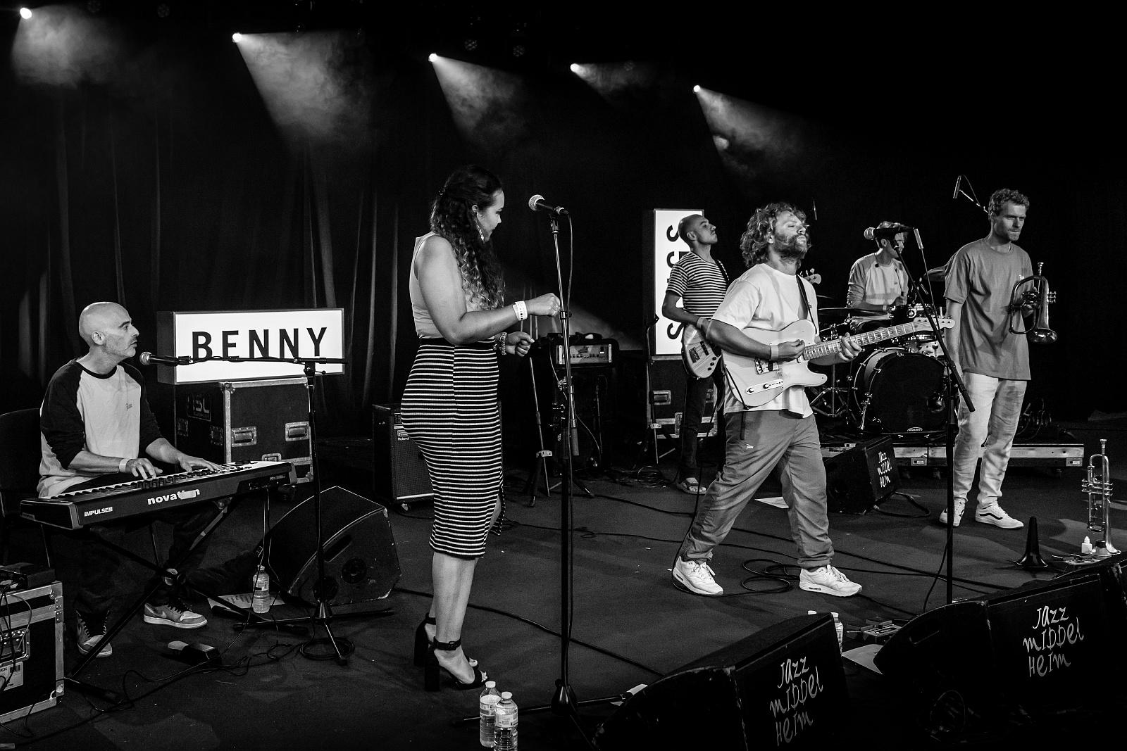 Benny Sings 01