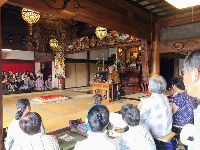 本日は壬生町常楽寺様の施食会でした。 写真は法話をする館林茂林寺住職、吉川老師です。 予報に反し非常に暑い日となり法要中は汗だくでした。 https://t.co/QdMpkFaTqP