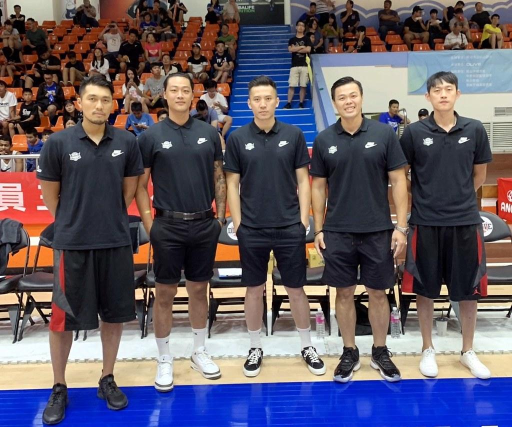 台銀教練團由左至右為莊曉文、桑一慶、許致強、陳國維與陳禹誌。(倪芝蓉攝)
