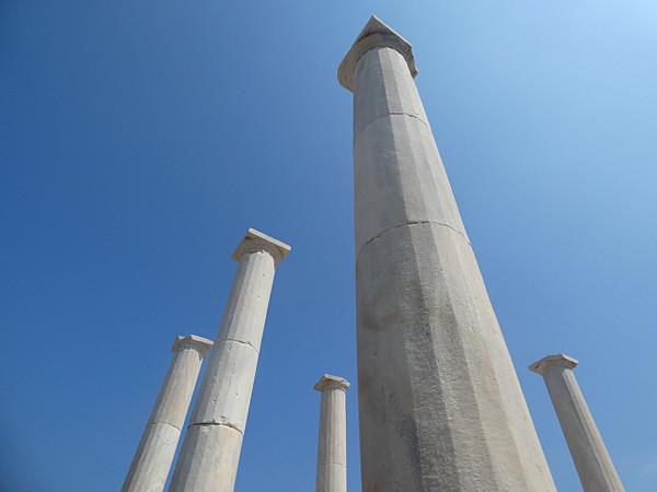 colonnes sur ciel bleu