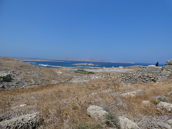 au loin, le port de Délos