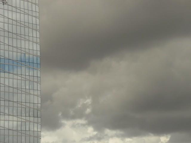 Blue sky and grey sky.. Ciel bleu ciel gris.. Couleurs naturelles.. Natural colours..