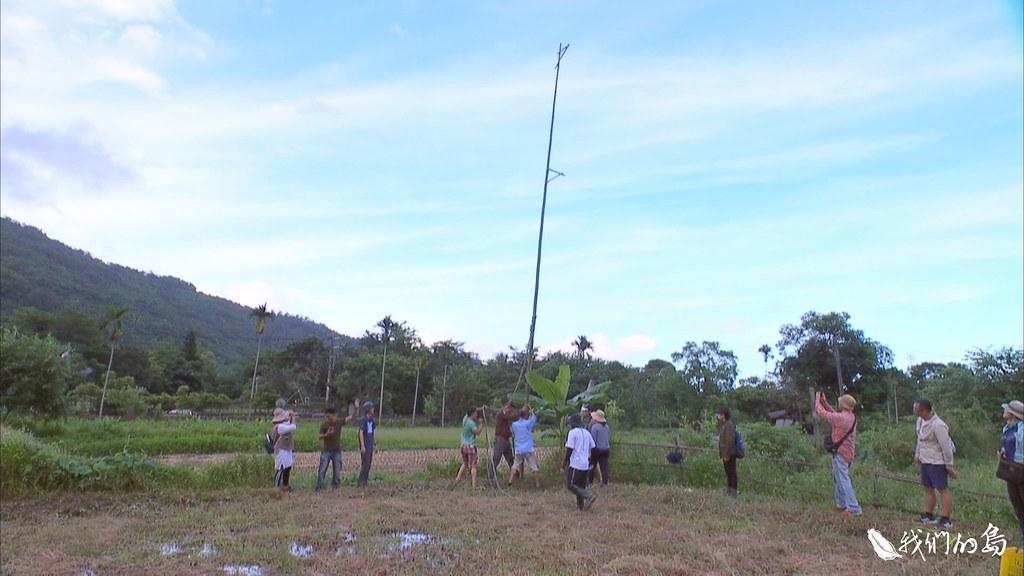 達魯瑪克農友搭起屬於部落的第一支棲架,他們由衷期盼周邊的猛禽,能前來賞光。