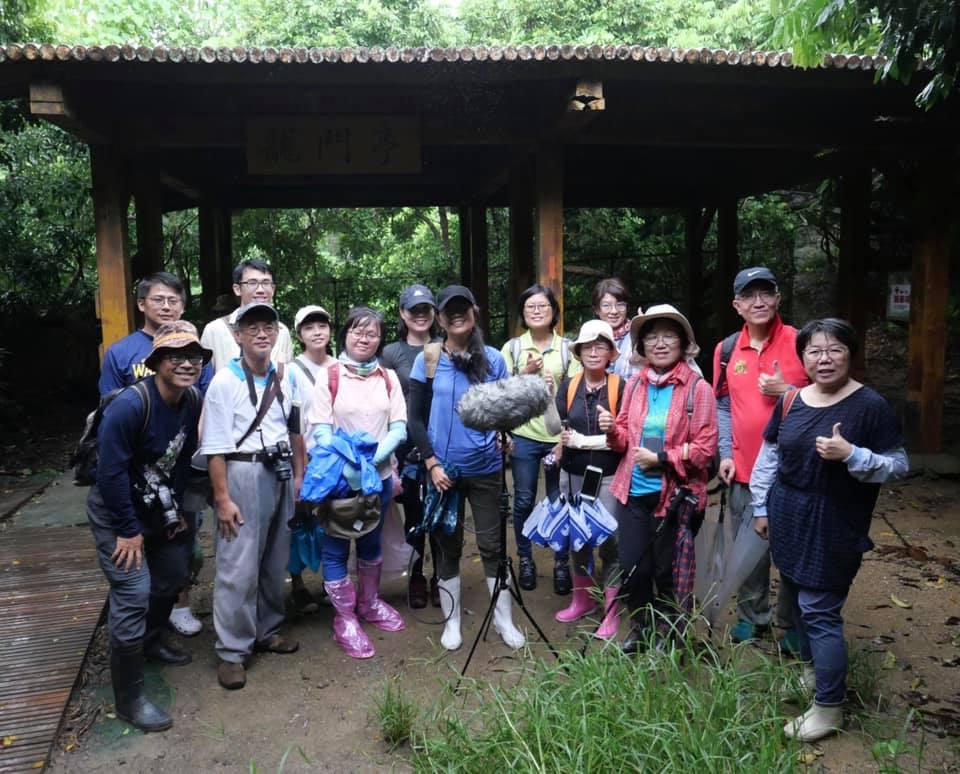 台灣聲景協會帶領民眾走入柴山,聆聽柴山公園。後續將推動寧靜公園運動。圖片來源:台灣聲景協會提供。