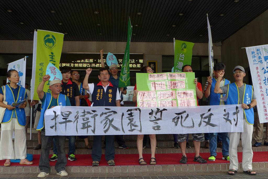 我們要喝乾淨水行動聯盟及新竹縣議員等在地民眾於縣政府大門前抗議頭前溪水源污染問題。孫文臨攝