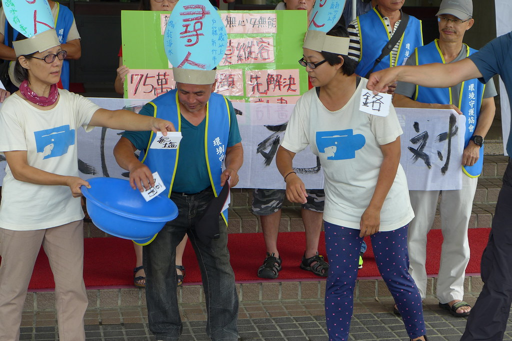 環保團體於新竹縣政府前舉行記者會,並以行動劇諷刺縣長楊文科神隱不面對水資源問題。孫文臨攝