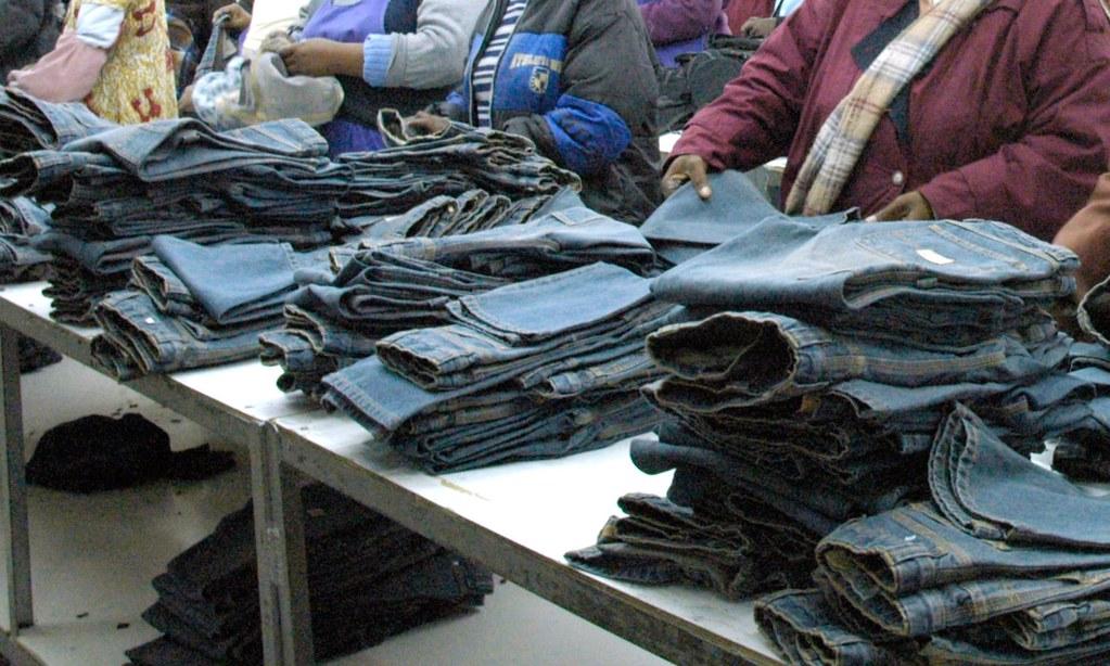 賴索托工人製作的牛仔褲。(圖片來源:brianafrica/Alamy Stock Photo)