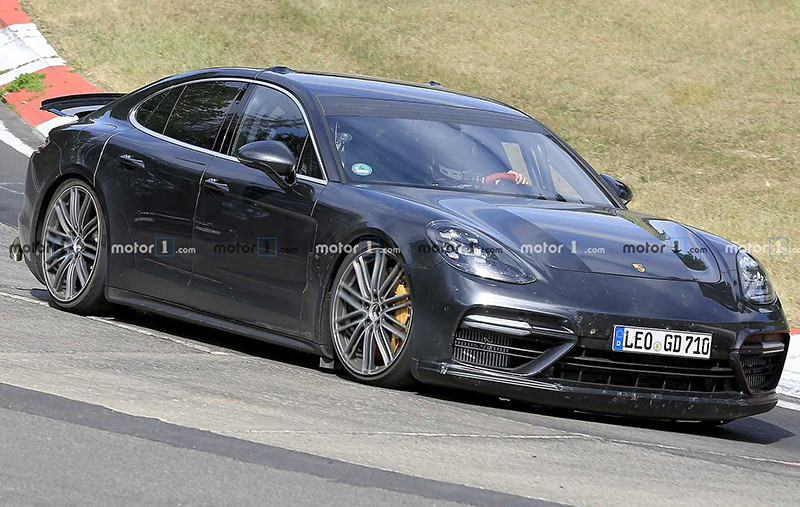 porsche-panamera-with-long-exhaust-tips-spy-photo (1)