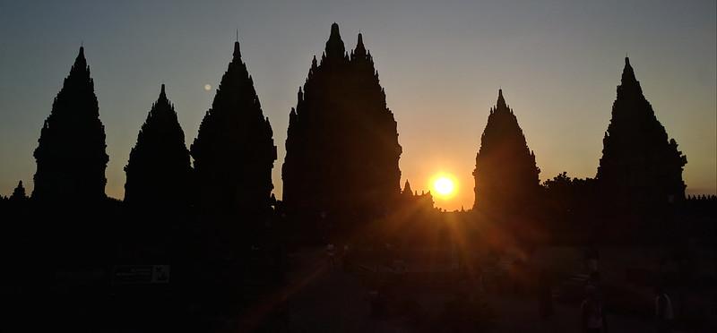 anochecer en templos de Prambanan