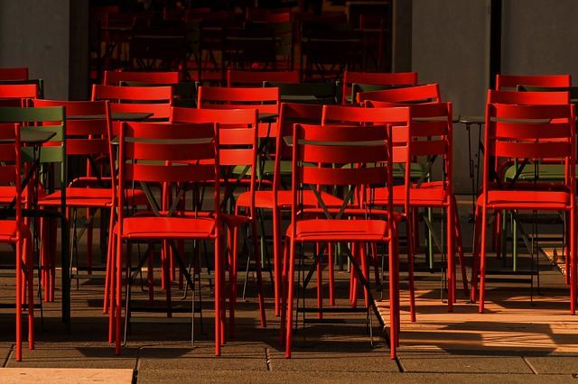Des chaises rouges