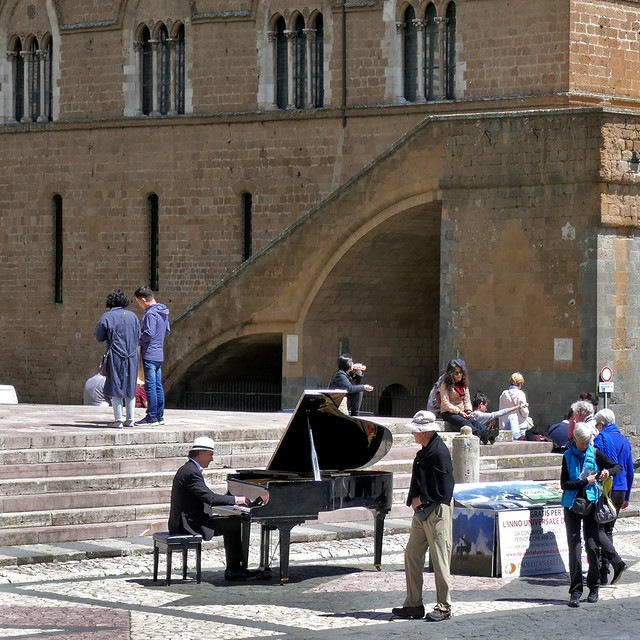 Umbria: Orvieto, piazza piano player