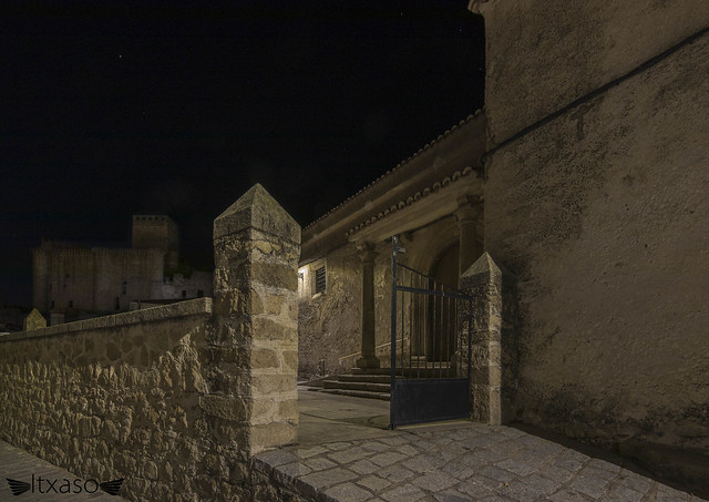 Desde la entrada de piedra de la austera iglesia, observo al viejo castillo. ¿O es él quien me observa?