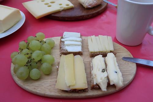 Rest vom Nordseekäse, Bio-Ziegenkäse, Bio-Ärschle sowie Bio-Heumilchkäse auf Bio-Dinkelbrot und dazu Weintrauben